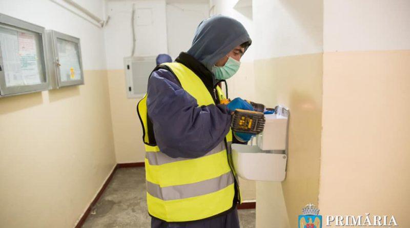 barbat montand dispensere de dezinfectat in sectorul 6