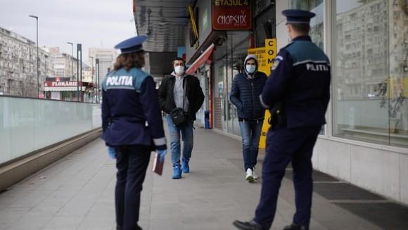 politist-oameni-prinsi-pe-strada-cu-adeverinta-falsa