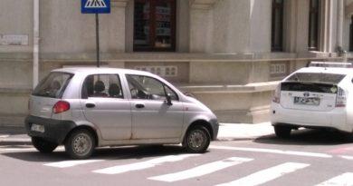 Masina-parcata-pe-trecerea-de-pietoni-parcare-ilegala